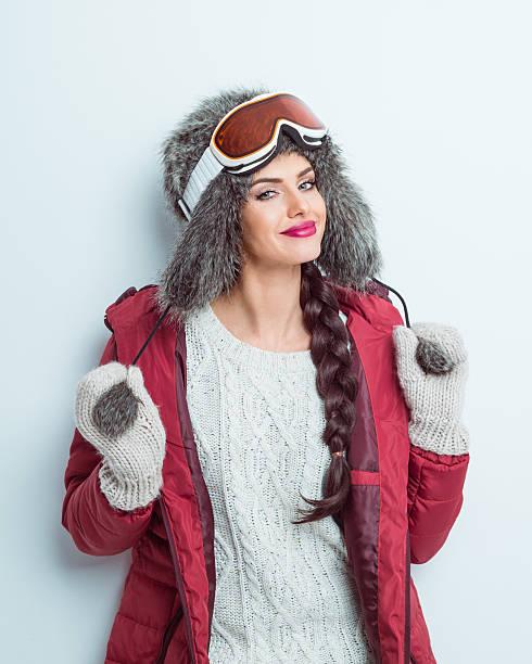 glückliche frau im winter outfit tragen pelz mütze und brille - wintermantel damen wolle stock-fotos und bilder