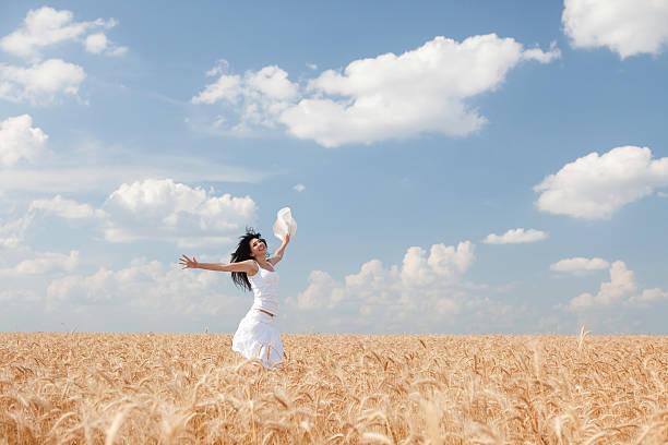 Glückliche Frau springen in goldenen Weizen – Foto