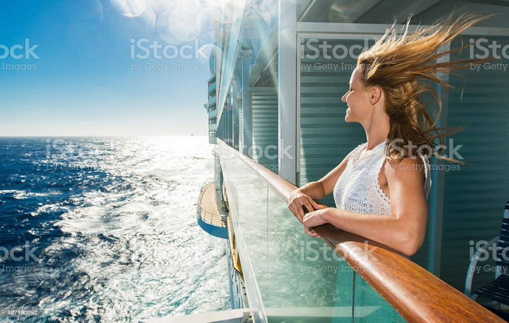Happy woman looking at sea from a cruise ship.圖像檔