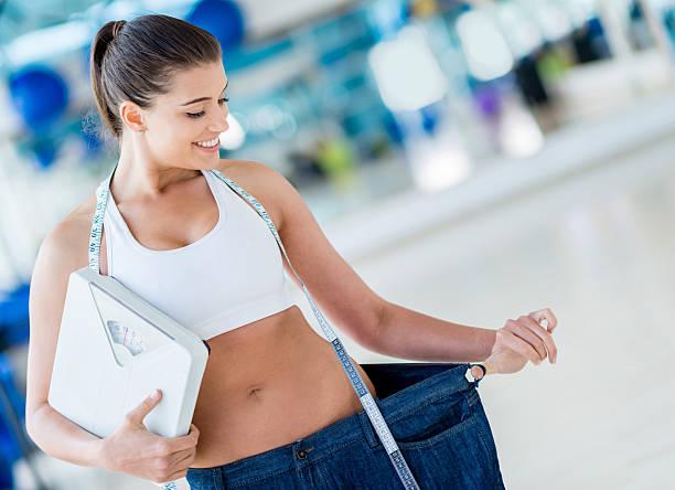 glückliche frau verlieren gewicht - damen sporthose übergröße stock-fotos und bilder