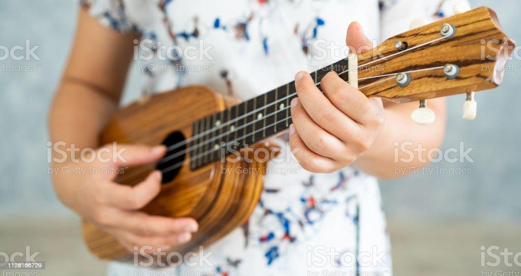 Glückliche Frau Musiker Ukulele spielen und singen ein Lied im Tonstudio. Musik-Lifestyle-Konzept. – Foto