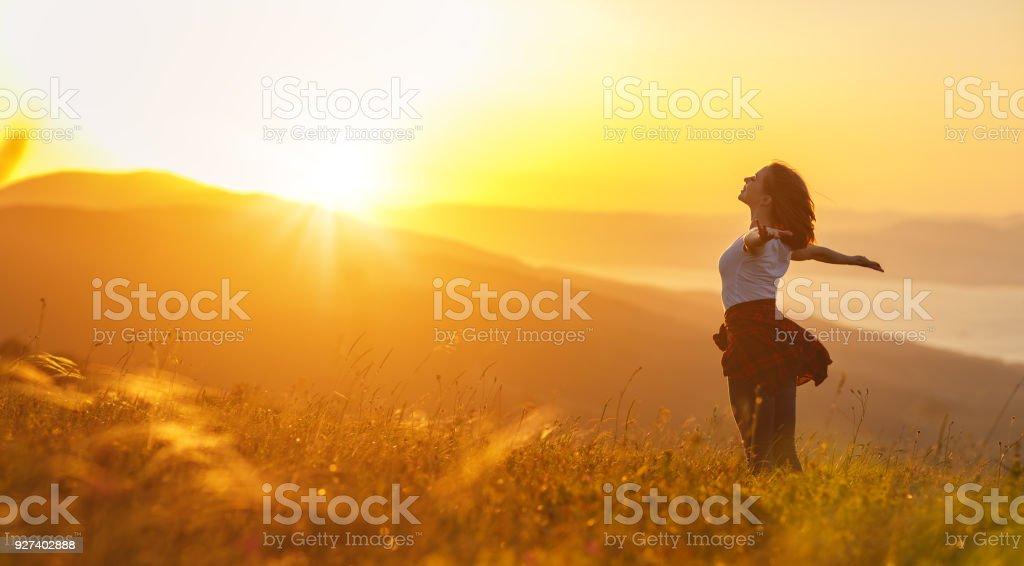 Glückliche Frau auf Sonnenuntergang in Natur imit offene Hände – Foto