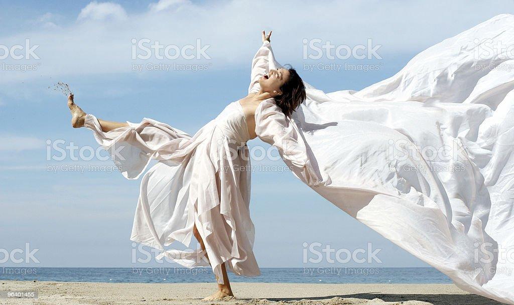 の幸せな女性のビーチ - くつろぐのロイヤリティフリーストックフォト