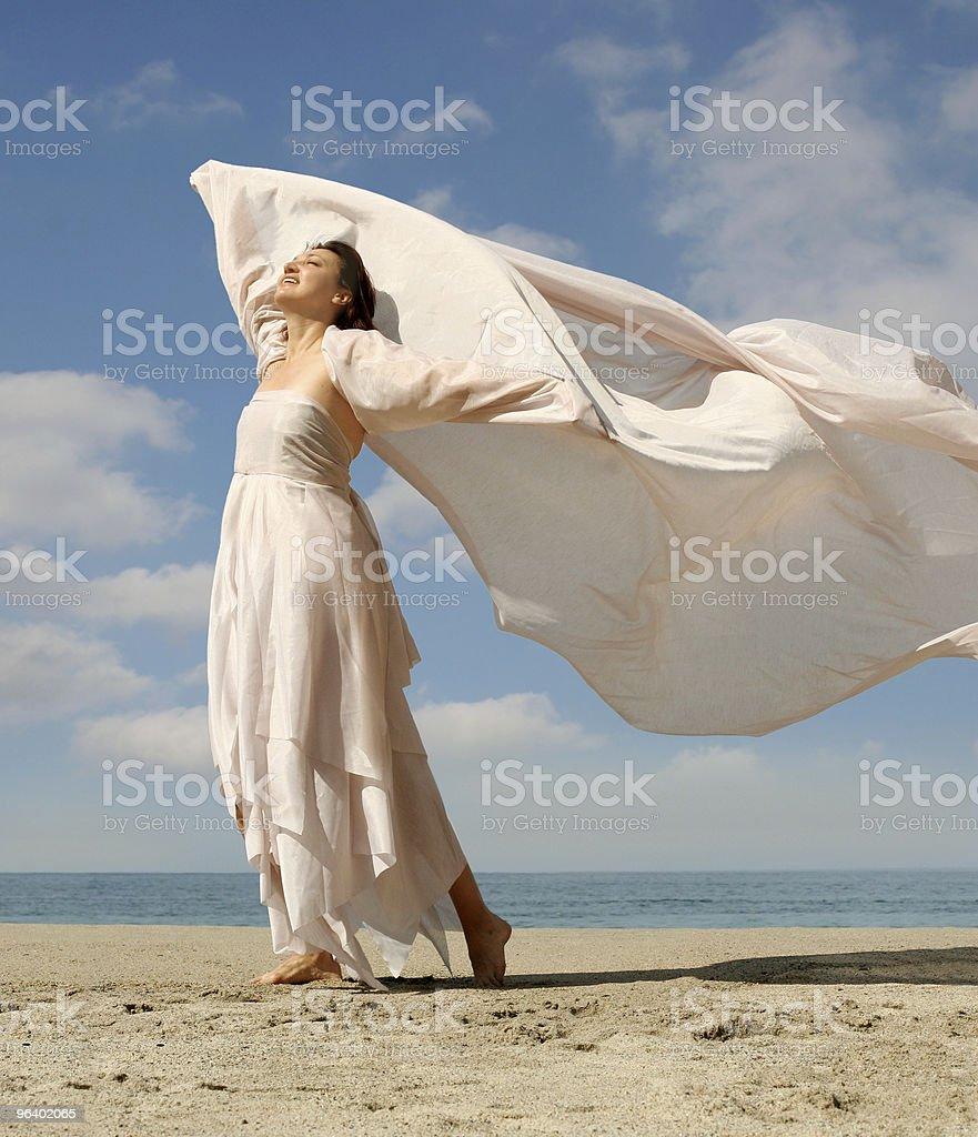 の幸せな女性のビーチ - 1人のロイヤリティフリーストックフォト