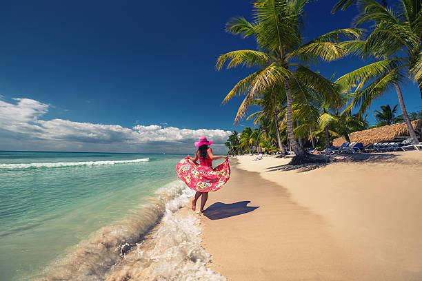 mujer feliz en la playa tropical, la isla saona dominicana, - mujeres dominicanas fotografías e imágenes de stock