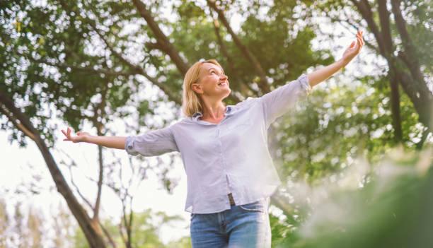 lycklig kvinna öppna armar med frihet koppla av - summer smell bildbanksfoton och bilder