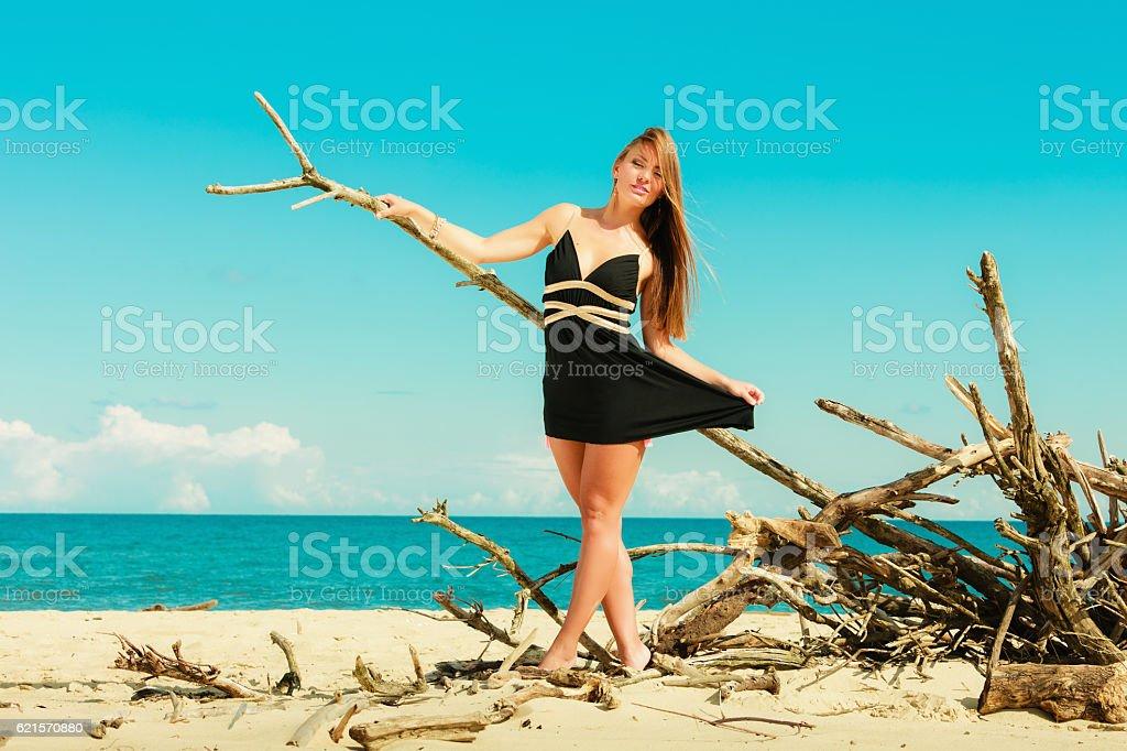 Femme heureus'en plein air sur la plage. photo libre de droits