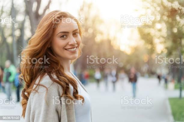 Glückliche Frau Stockfoto und mehr Bilder von Frauen