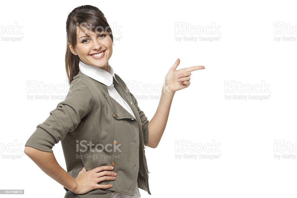 Glückliche Frau zeigt auf der Seite auf Textfreiraum – Foto