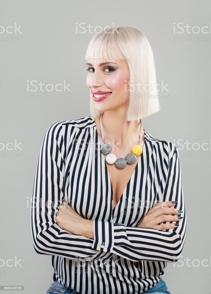 Foto De Retrato De Mulher Feliz Modelo Feminino Vestindo