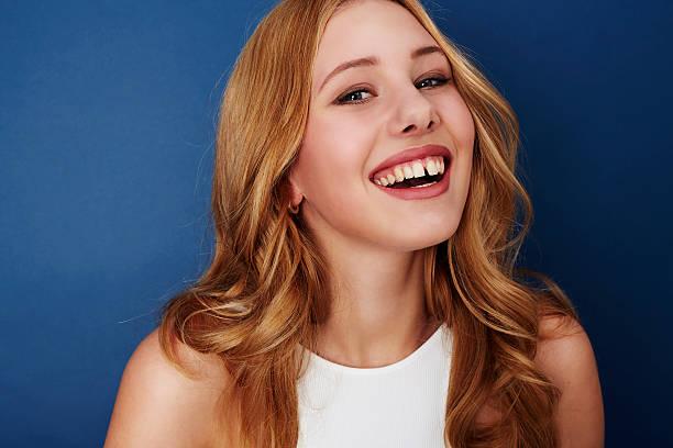glückliche frau porträt - zahnlücke stock-fotos und bilder