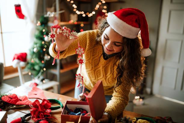 glückliche frau neujahr geschenke vorbereiten - winterdeko basteln stock-fotos und bilder