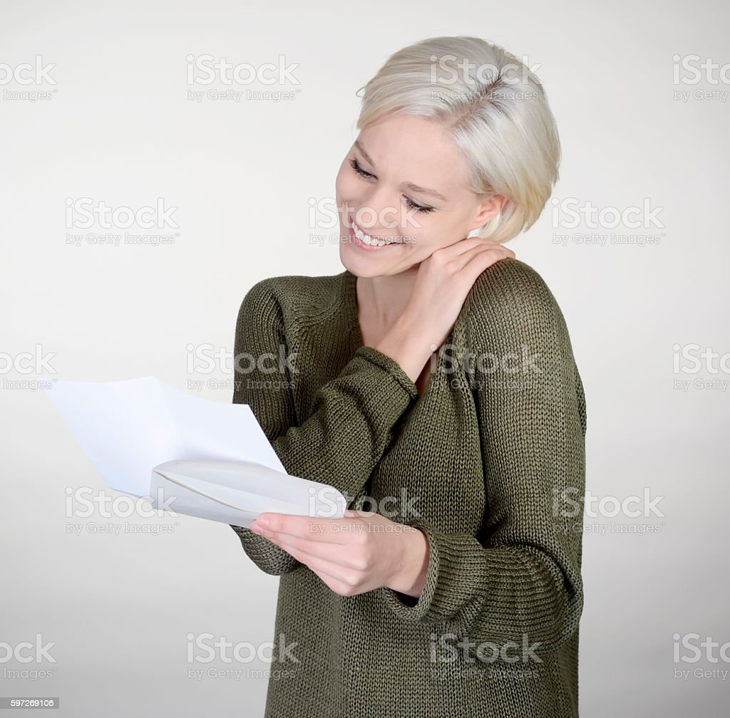 happy woman reading letter Lizenzfreies stock-foto