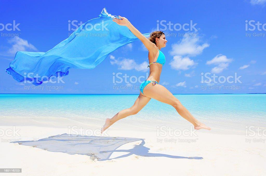 Glückliche Frau Laufen am Strand mit langen sarong. – Foto