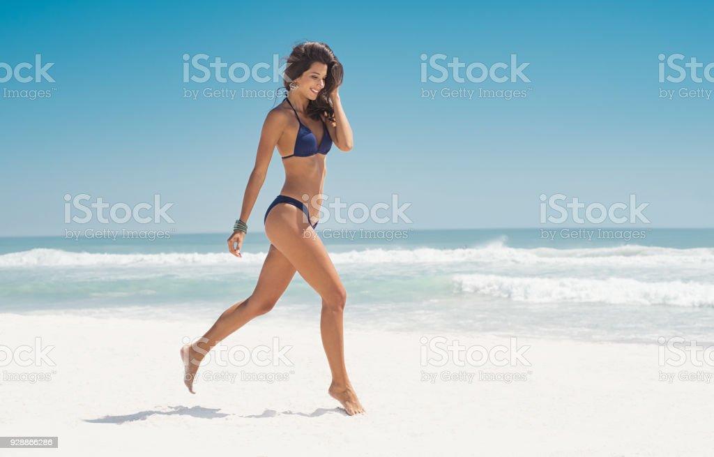 Glückliche Frau Laufen am Strand – Foto