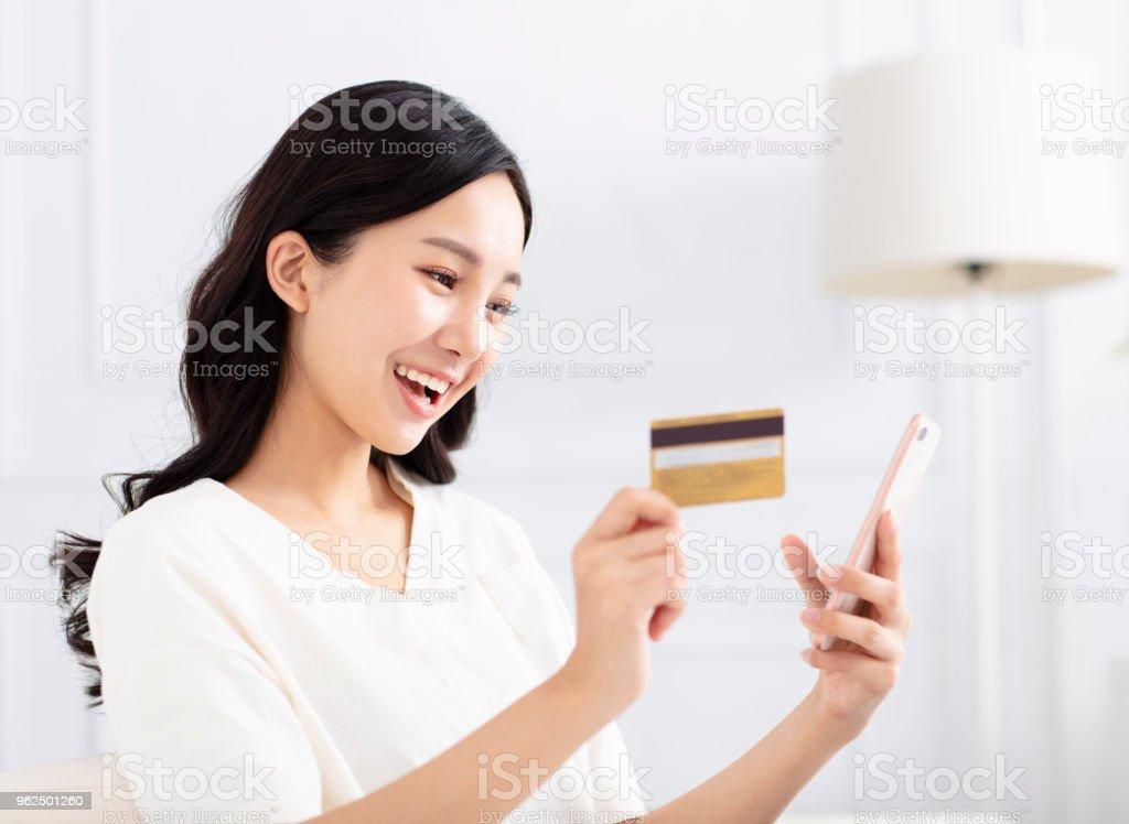 mulher feliz compras por cartão de crédito e telefone inteligente - Foto de stock de Adulto royalty-free