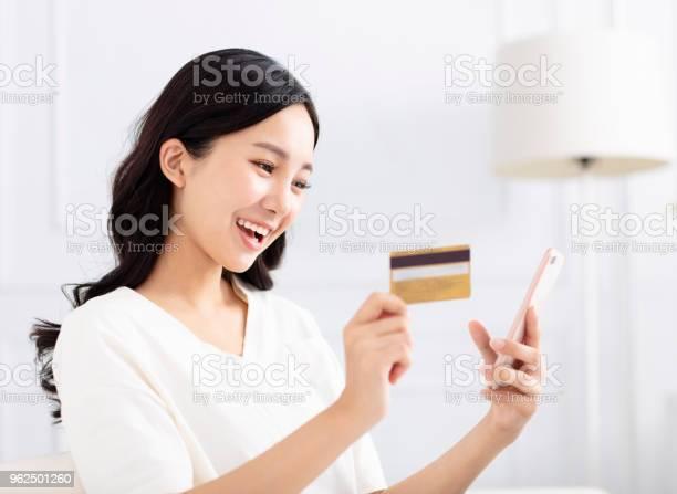 Foto de Mulher Feliz Compras Por Cartão De Crédito E Telefone Inteligente e mais fotos de stock de Adulto
