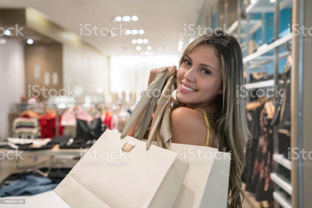 Gelukkige vrouw winkelen voor kleding in een winkel - Royalty-free 30-39 jaar Stockfoto