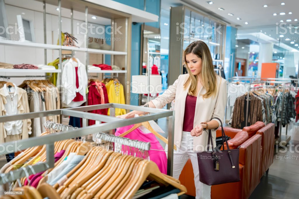 Happy woman shopping for clothes at a store - Royalty-free 20-29 Anos Foto de stock