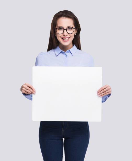 glückliche frau zeigt leere weiße fahne - sprüche ehrlichkeit stock-fotos und bilder