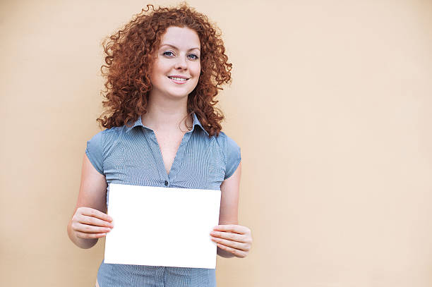 glückliche frau zeigen weißen banner - sprüche ehrlichkeit stock-fotos und bilder