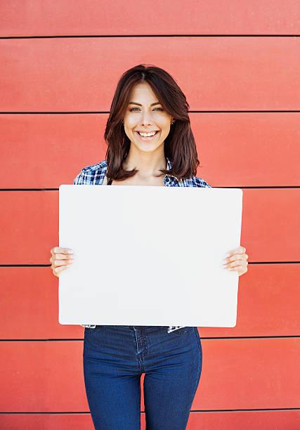 glückliche frau zeigen weißen banner  - coole liebessprüche stock-fotos und bilder