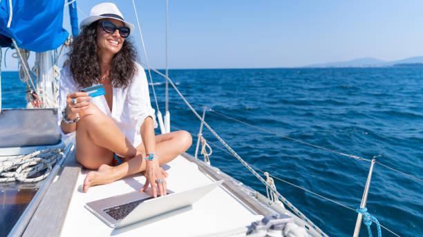 glückliche frau lächelnd online-shoping - free online game stock-fotos und bilder