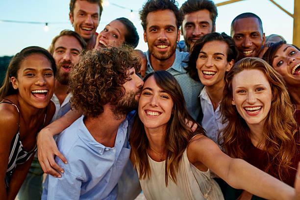 happy woman taking selfie with friends - 30 39 jaar stockfoto's en -beelden