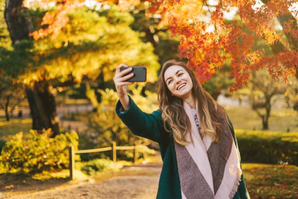 Glückliche Frau unter Selfies in einem japanischen Garten – Foto