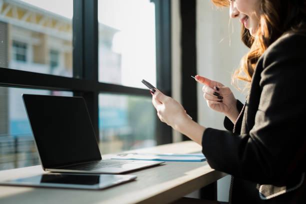 glückliche Frau mit Smartphone-shopping-Website Online-shopping-Konzept – Foto