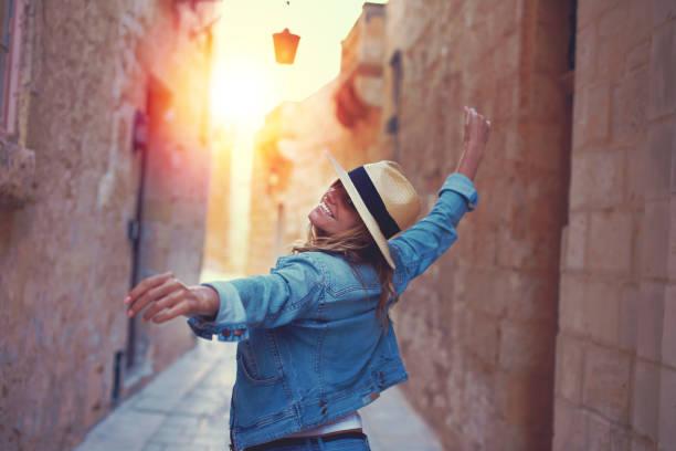 lycklig kvinna gå på mediterreanen gatan i solnedgång - street dance bildbanksfoton och bilder
