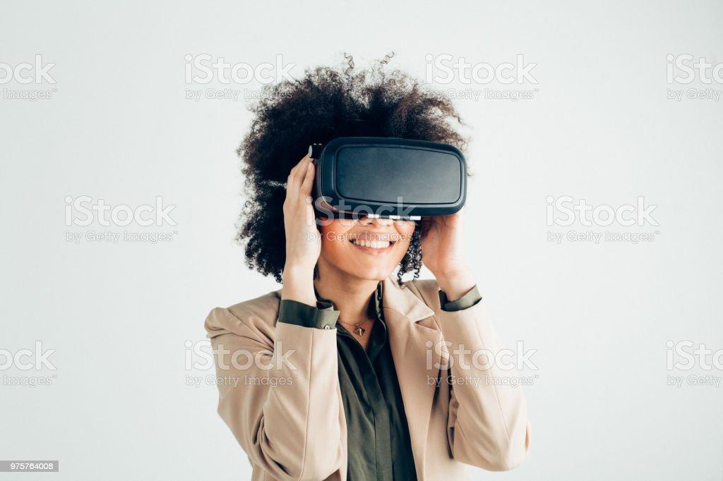 Glückliche Trägerin virtual-Reality-simulator - Lizenzfrei Afro-Amerikanischer Herkunft Stock-Foto