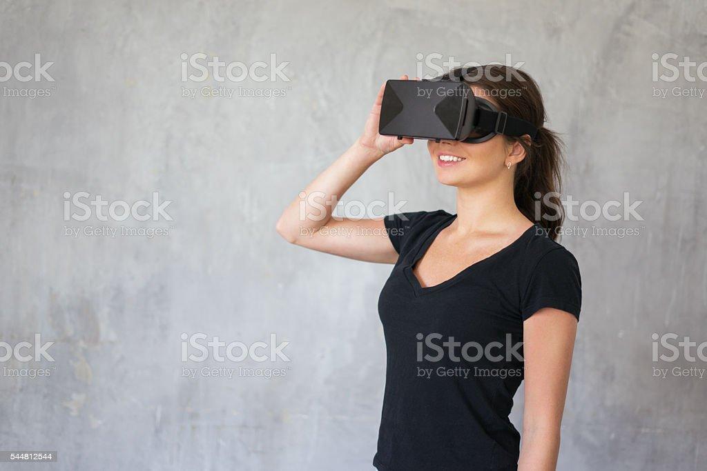 Glückliche Frau tragen VR Gläser – Foto