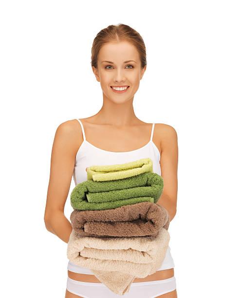 Mujer feliz con toallas de baño - foto de stock