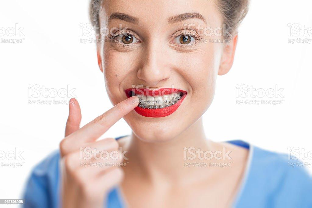 Happy woman with braces - foto de stock