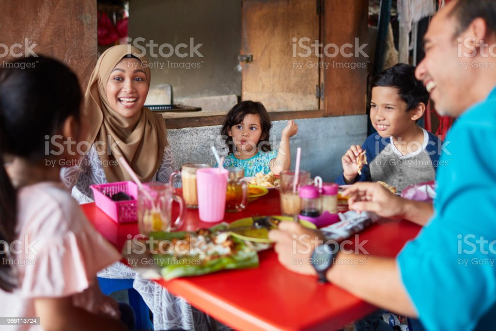 Happy woman with family in restaurant - Royalty-free 10-11 Years Stock Photo