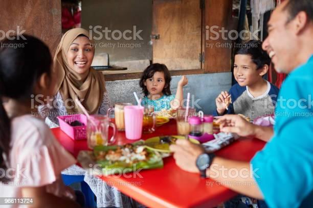 Lycklig Kvinna Med Familjen Restaurang-foton och fler bilder på 10-11 år