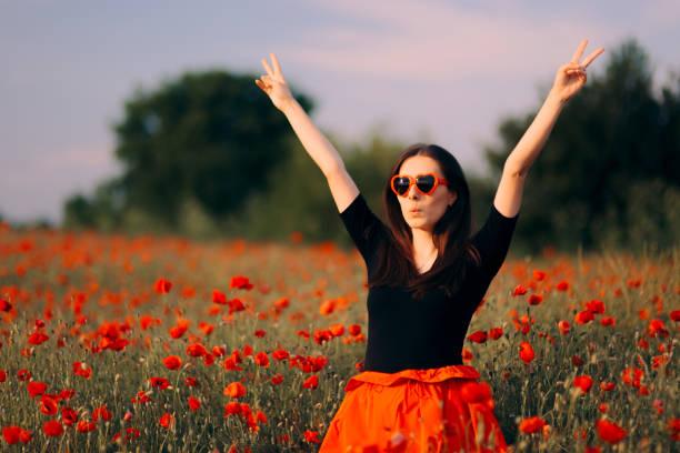 Glückliche Frau mit herzgehapetener Sonnenbrille, die die Natur genießen – Foto
