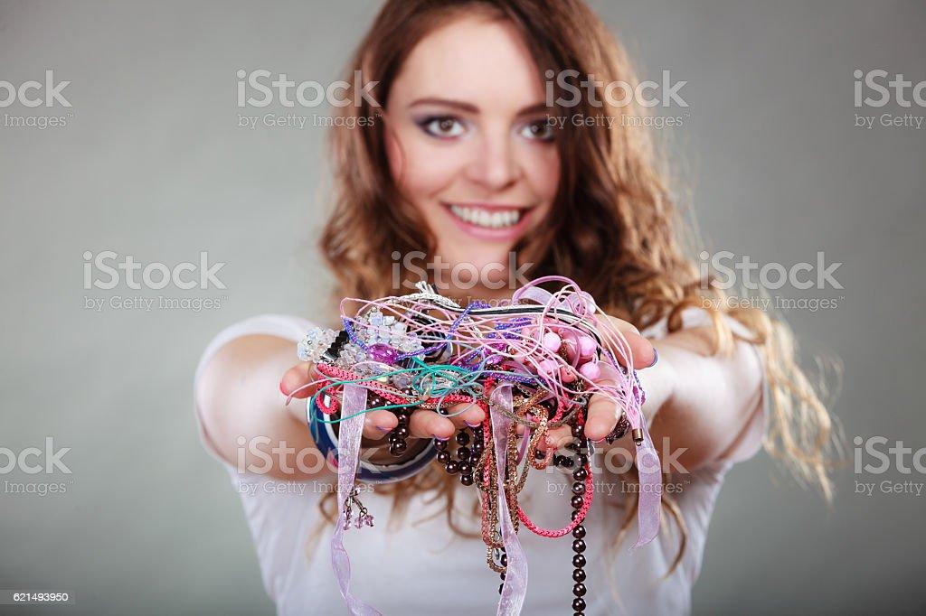Glückliche Frau mit Schmuck-Halsketten ring-Armbänder Lizenzfreies stock-foto