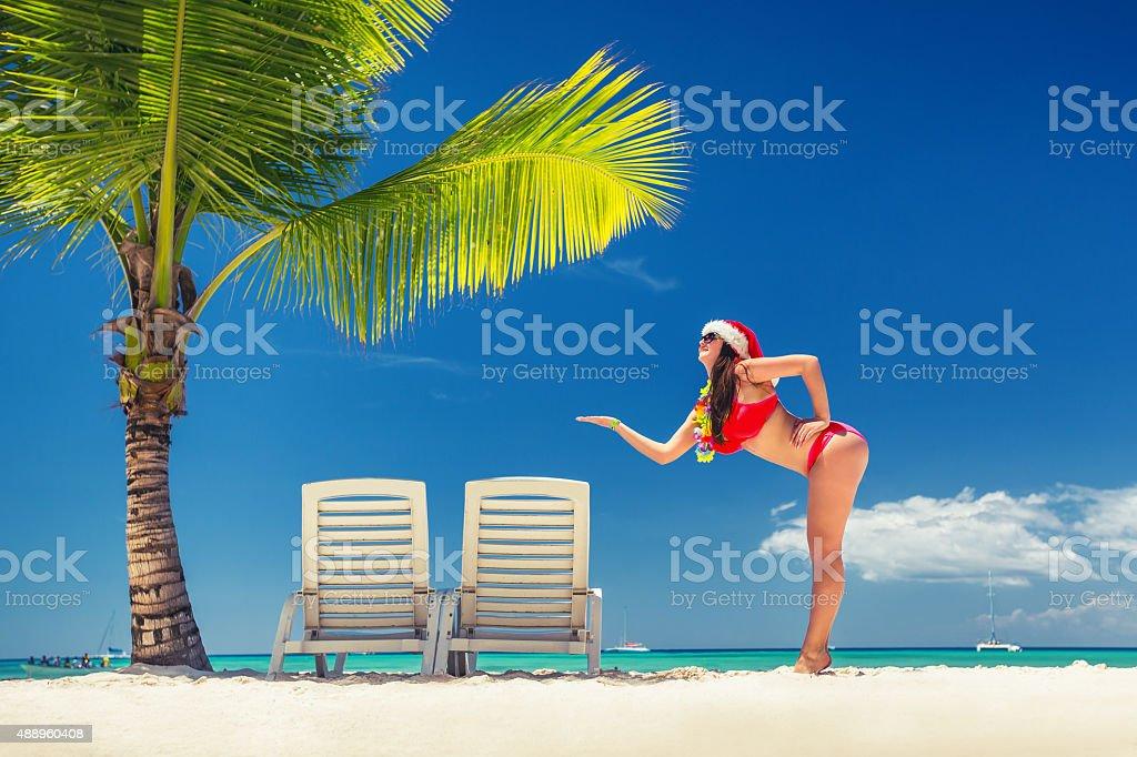 Felice donna con cappello santa sulla spiaggia tropicale isola foto stock  royalty-free e4a87b15b987