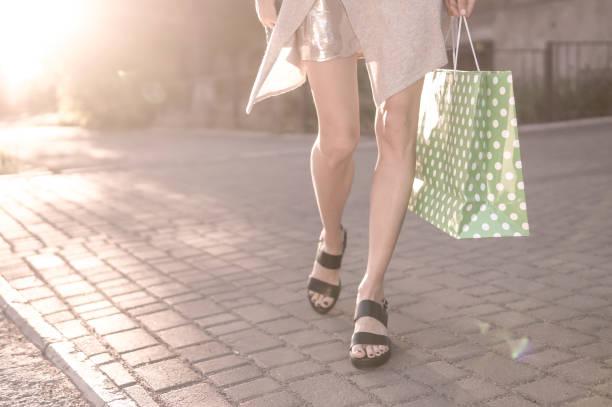 Mulher feliz com sacolas de compras curtindo em compras - foto de acervo