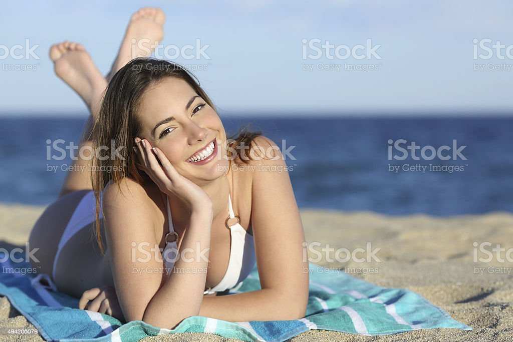 Femme heureuse avec blanc parfait sourire de détente sur la plage - Photo