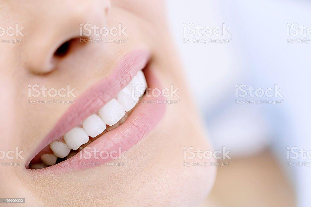 Glückliche Frau mit weißen Lächeln - Lizenzfrei 2015 Stock-Foto