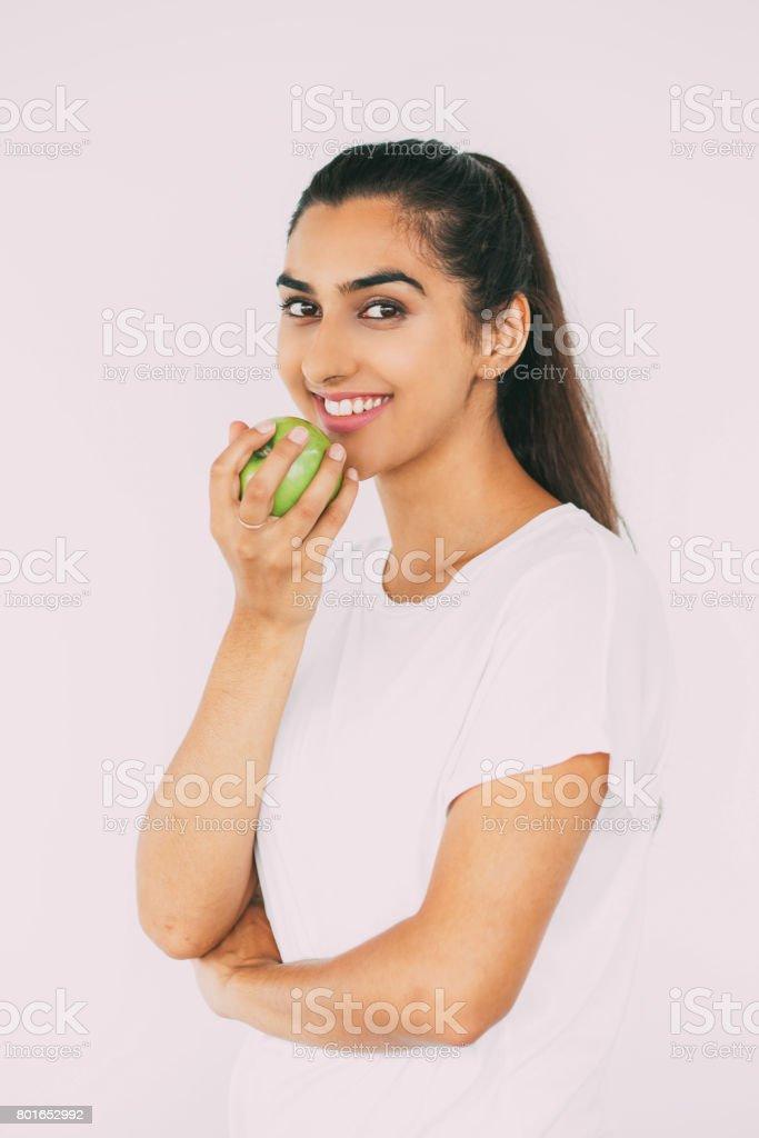 Femme heureuse avec dents blanches eating apple - Photo