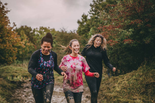 happy women uitgevoerd - obstacle run stockfoto's en -beelden