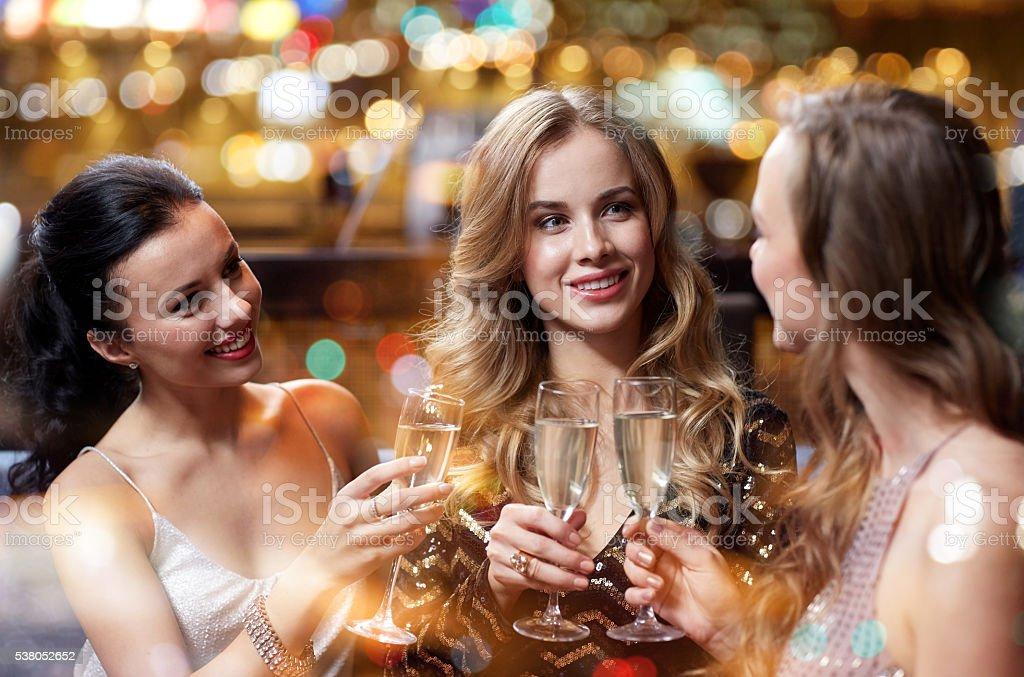 Fotografía de Mujeres Felices Con Copas De Champaña En Club Nocturno ...