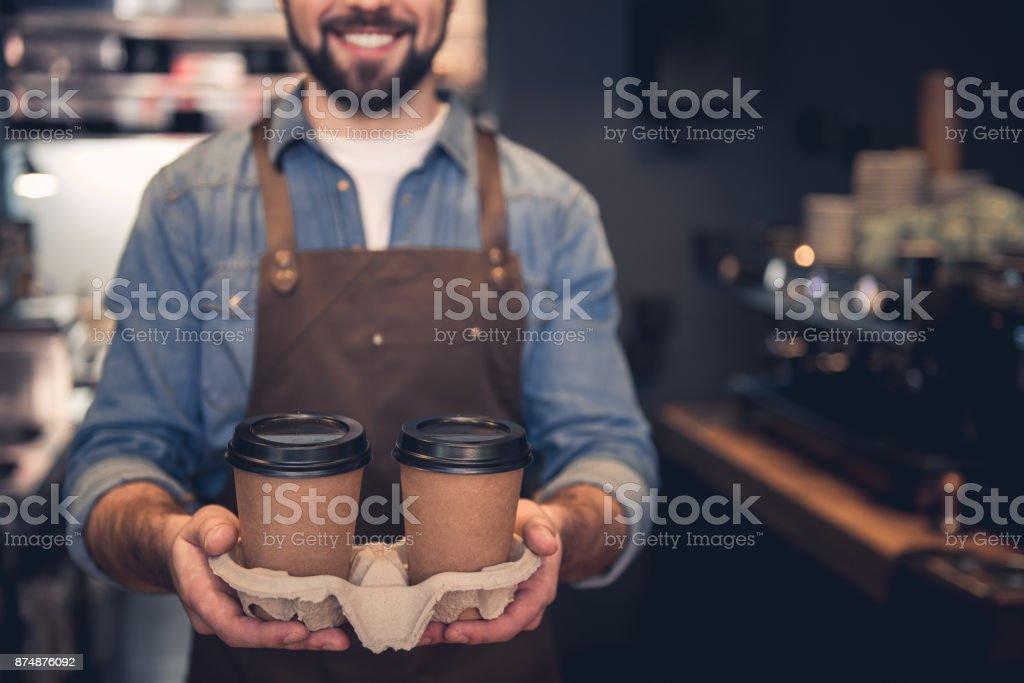 Travailleur heureux holding tasses de boisson - Photo