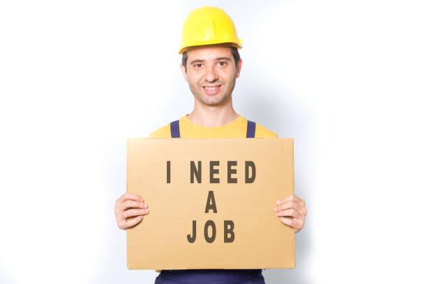 glückliche arbeitnehmer auf der suche nach einem job isoliert auf weiss - maler gesucht stock-fotos und bilder