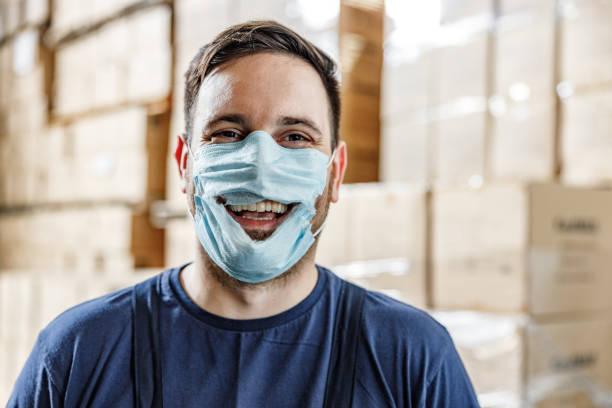 gelukkige arbeider die concept van anti-maskerprotest toont. - tears corona stockfoto's en -beelden
