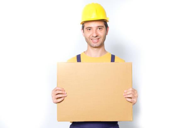 glückliche arbeiter pfingstmontag nachricht pappe isoliert auf weiss - maler gesucht stock-fotos und bilder